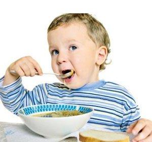 Малыш ест кашу