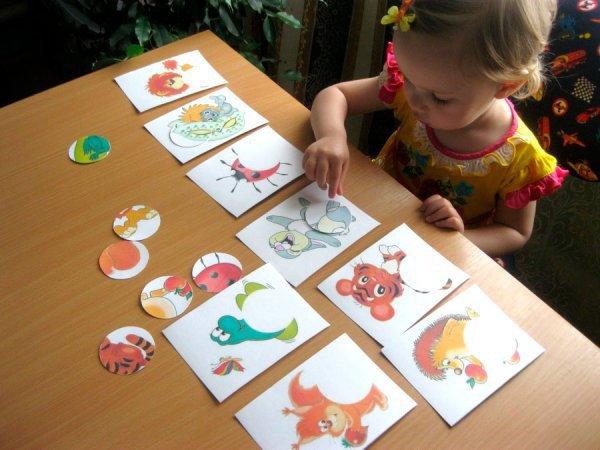Ребенок за столом с карточками